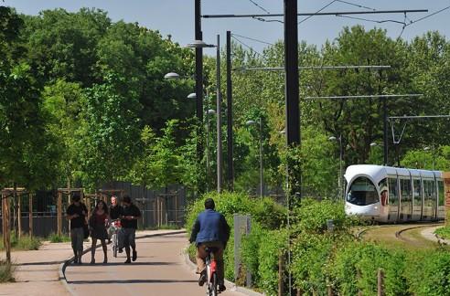 La ligne de tramway T3 bordée d'une piste cyclable