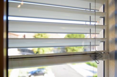 Stores brise soleil électriques à lames orientables. Réalisation UTEI
